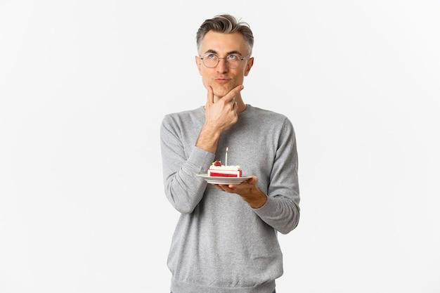 Portrait d'un homme d'âge moyen réfléchi et sérieux, célébrant son anniversaire