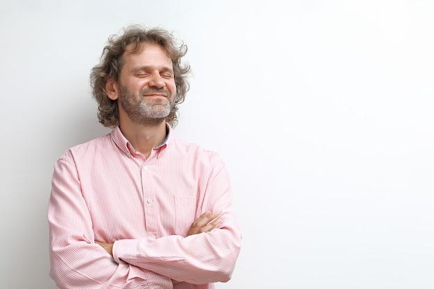 Portrait d'homme d'âge moyen rêveur et souriant