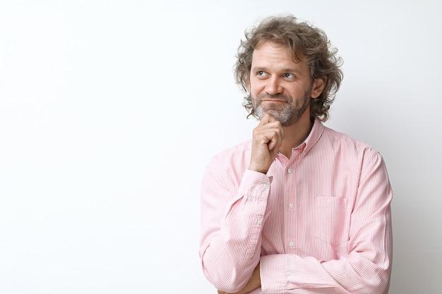 Portrait d'homme d'âge moyen souriant rêveur et heureux