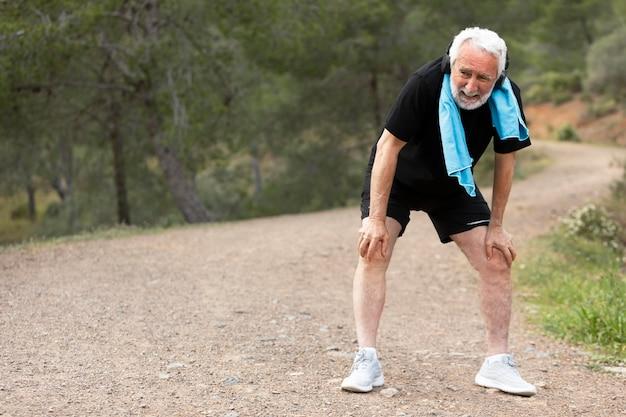 Portrait, homme aîné, jogging, sur, montagne