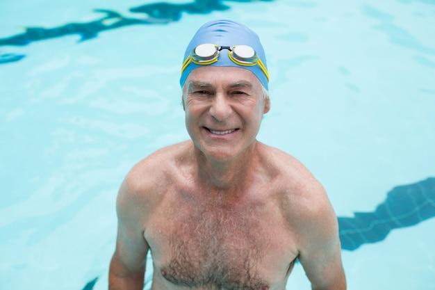Portrait, de, homme aîné, natation, dans, piscine