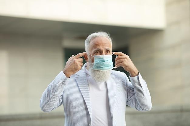 Portrait, de, homme aîné, porter, masque médical