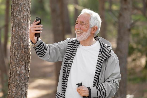 Portrait, homme aîné, randonnée, sur, montagne