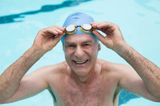 Portrait, de, homme aîné, tenue, lunettes, dans, piscine