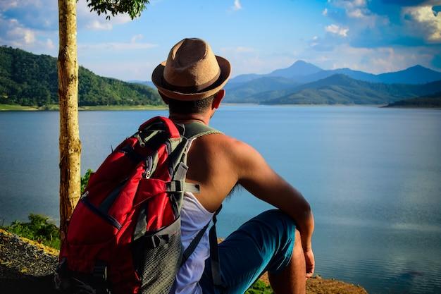 Portrait, de, homme américain, sac à dos, séance, regarder, vue lac, de, asie