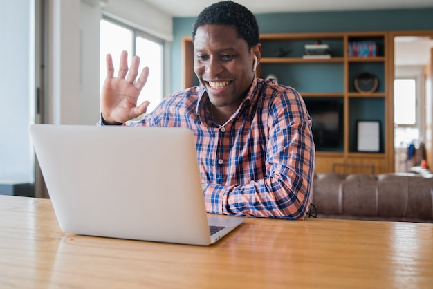 Portrait d'homme sur un appel vidéo de travail avec ordinateur portable à la maison. concept de bureau à domicile. nouveau style de vie normal.