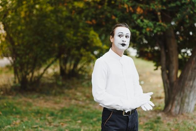 Portrait d'homme, artiste, clown, mime.