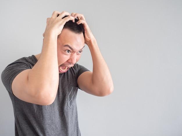 Portrait d'un homme asiatique en colère avec un visage fou drôle.