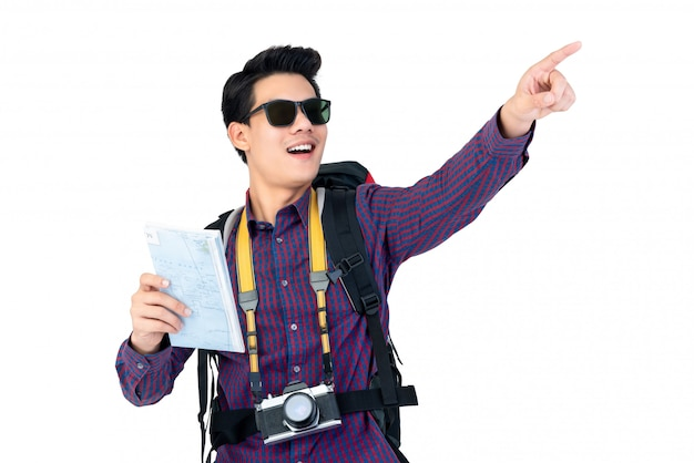 Portrait d'un homme asiatique jeune touriste étonné avec des lunettes de soleil