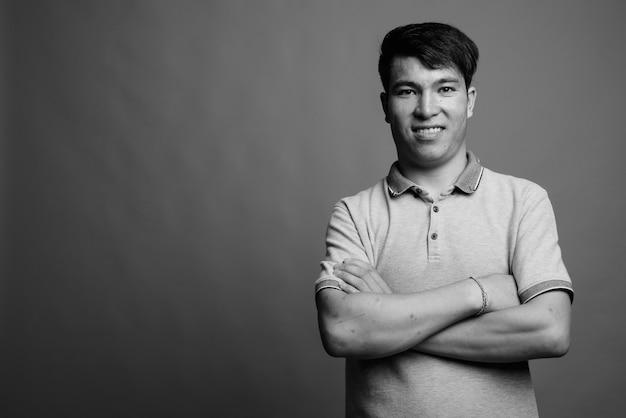 Portrait d'un homme asiatique portant un tshirt isolé
