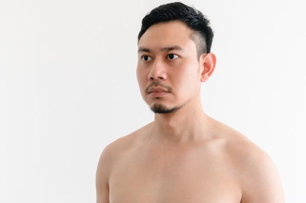 Portrait d'un homme asiatique seins nus avec un visage sérieux sur un espace isolé.