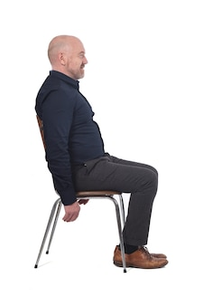 Portrait d'un homme assis sur une chaise en fond blanc,