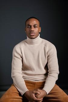 Portrait homme assis
