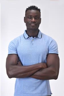 Portrait d'un homme aux bras croisés sur fond blanc