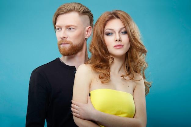 Portrait d'un homme aux cheveux roux et d'une femme qui se fait coiffer