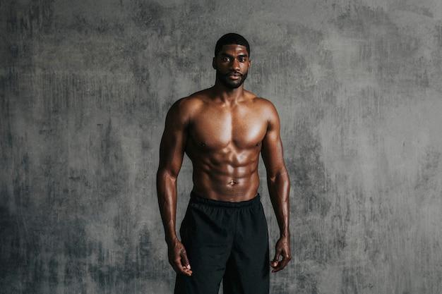Portrait d'un homme aux seins nus musclé sportif