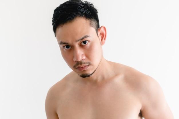 Portrait d'un homme aux seins nus avec un visage sérieux