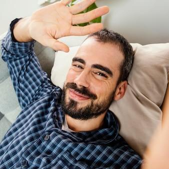 Portrait homme ayant un appel vidéo