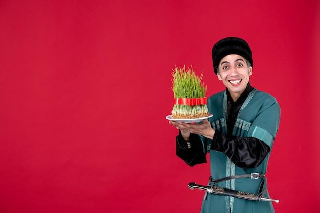 Portrait d'homme azéri en costume traditionnel avec semeni sur danseur de couleur rouge vacances printemps ethnique novruz