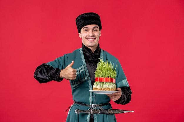 Portrait d'homme azéri en costume traditionnel avec semeni sur rouge