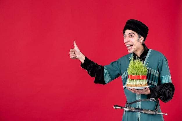 Portrait d'un homme azéri en costume traditionnel avec semeni sur les vacances de printemps ethniques rouges de novruz