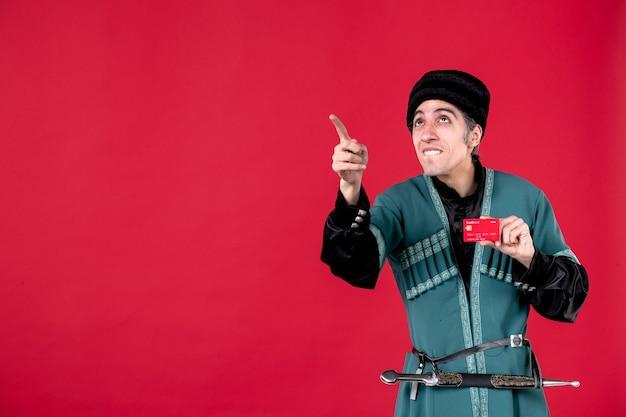 Portrait d'un homme azéri en costume traditionnel tenant une carte de crédit studio shot argent printemps rouge couleurs ethniques novruz