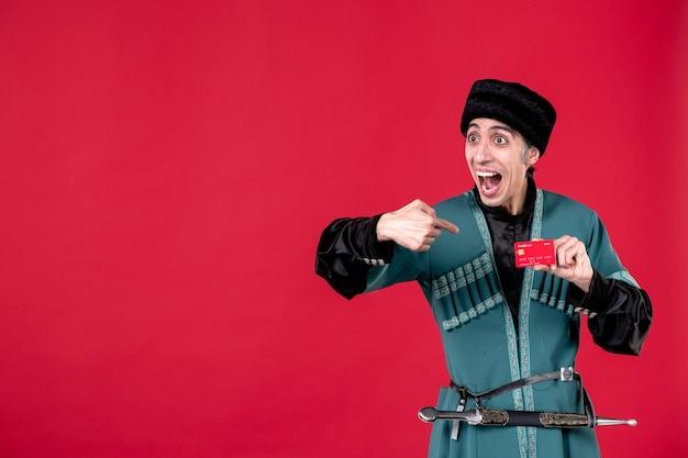 Portrait d'un homme azéri en costume traditionnel tenant une carte de crédit studio shot argent rouge ethnique novruz