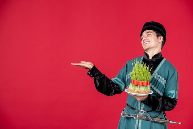 Portrait d'un homme azéri en costume traditionnel tenant des danseurs de novruz printemps concept semeni studio rouge