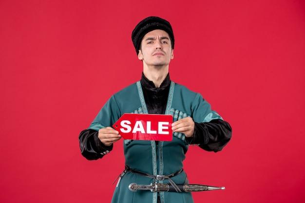 Portrait d'homme azéri en costume traditionnel tenant la plaque signalétique de vente danseur de printemps rednovruz