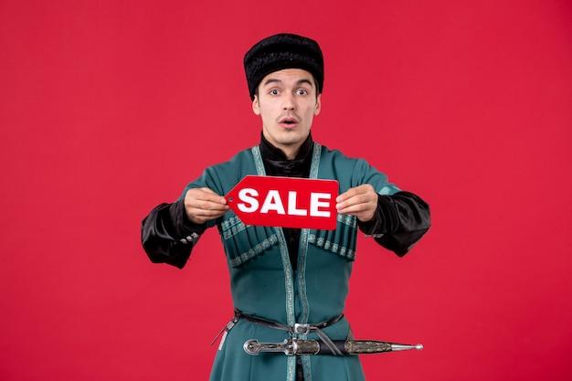 Portrait d'un homme azéri en costume traditionnel tenant la plaque signalétique de vente reddancer shopping spring