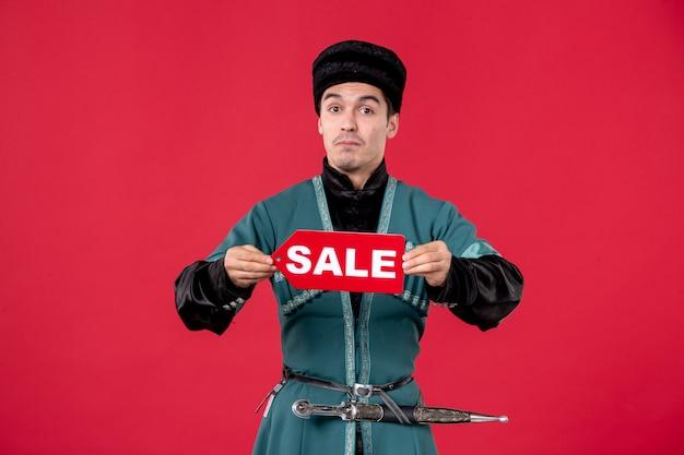 Portrait d'homme azéri en costume traditionnel tenant la plaque signalétique de la vente