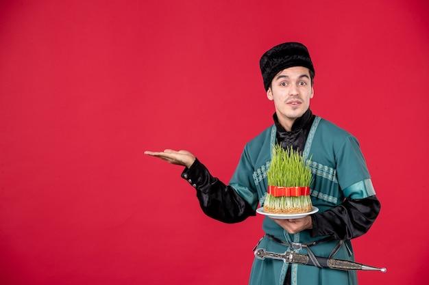 Portrait d'homme azéri en costume traditionnel tenant semeni studio shot red concept novruz printemps