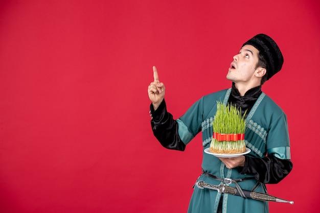 Portrait d'un homme azéri en costume traditionnel tenant semeni studio shot red concept performer printemps