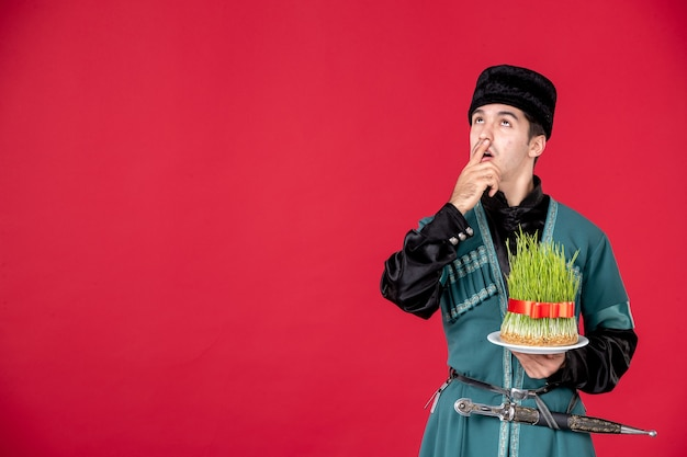 Portrait d'homme azéri en costume traditionnel tenant semeni studio shot red novruz concept performer