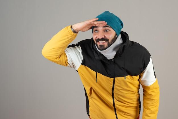Portrait d'homme barbu dans des vêtements chauds debout et posant.