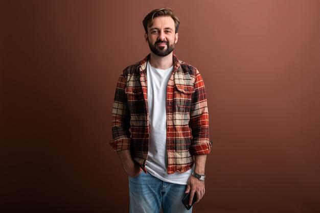 Portrait d'homme barbu élégant attrayant beau sur brown