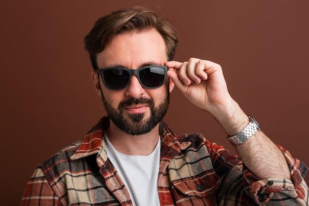 Portrait d'homme barbu élégant beau viril sur brun