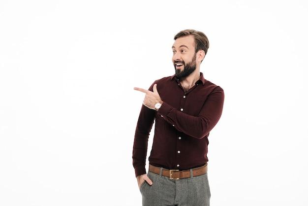 Portrait d'un homme barbu excité