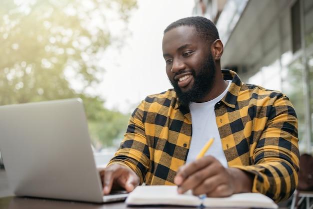 Portrait d'un homme barbu heureux étudiant