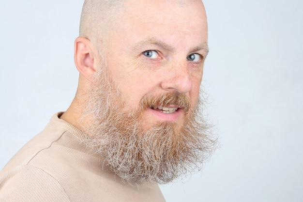 Portrait d'un homme barbu sur une lumière