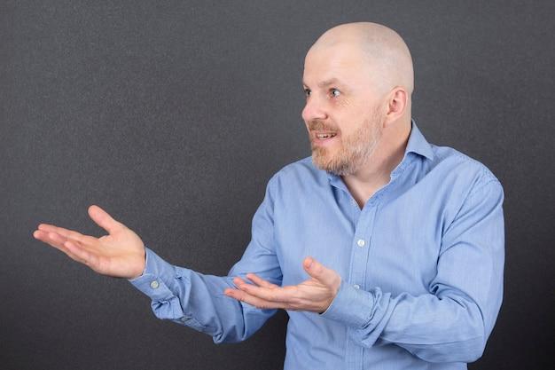 Portrait d'un homme barbu avec les mains levées avec émotions