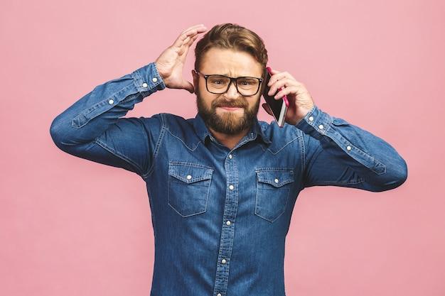 Portrait homme barbu parlant au téléphone