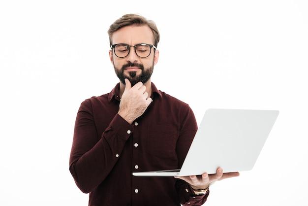 Portrait d'un homme barbu pensif, les yeux fermés