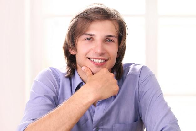 Portrait d'un homme beau dans son bureau