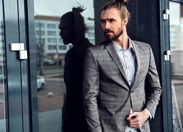 Portrait d'un homme beau sexy vêtu d'un élégant costume à carreaux beige