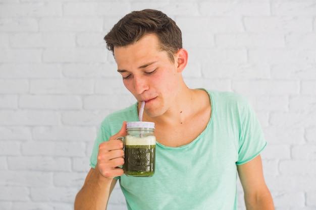 Portrait, de, a, homme, boire, frais, vert, smoothies, dans, pot
