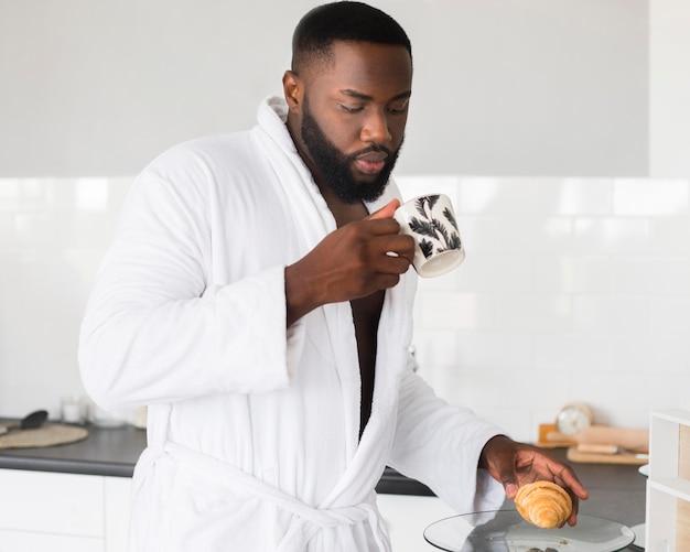 Portrait d'un homme buvant un café le matin