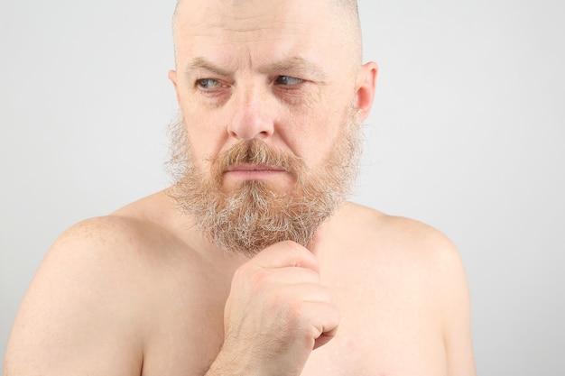 Portrait d'un homme chauve et barbu