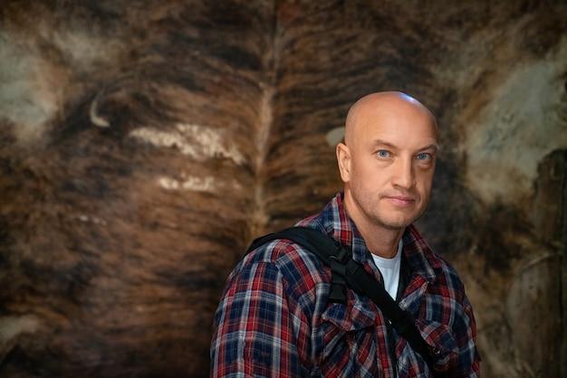 Portrait d'un homme chauve dans une chemise à carreaux