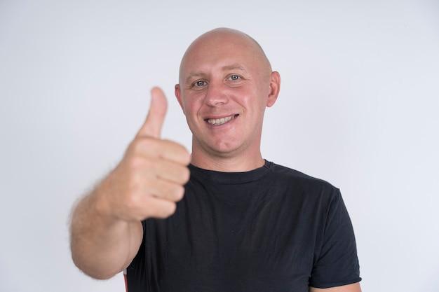 Portrait d'un homme chauve heureux, à l'intérieur, gros plan. concept de personnes et de style de vie